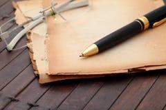 Alte Papiere und Feder des Notizbuches. Stockfoto