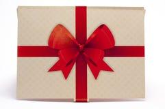 Alte Papierverpackung mit rotem Band und rotem Bogen Stockfotografie