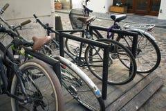 Alte Parkfahrräder auf der Straße Lizenzfreie Stockfotografie