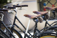 Alte Parkfahrräder auf der Straße Lizenzfreies Stockfoto