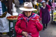 Alte peruanische Frau mit geknittertem Gesicht und schlechter Kleidung stockfotos