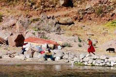 Alte peruanische Leute, die auf Titicaca See leben Lizenzfreies Stockbild