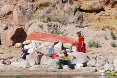 Alte peruanische Leute, die auf Titicaca See leben Stockbild