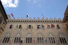 Alte Piazza in Toskana mit Markierungsfahnen lizenzfreie stockfotografie
