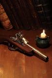 Alte Pistole und Bücher Lizenzfreie Stockfotografie