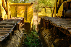 Alte Planierraupe vergessen im Bergwerk Lizenzfreies Stockfoto
