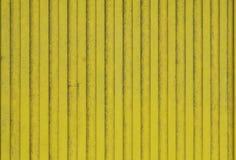 Alte Planken des hölzernen gemalten hellen Gelbs stockfoto