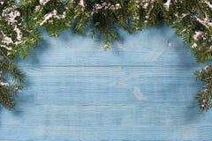 Alte Planken geschmückt mit Zweige Weihnachtsbaum Lizenzfreie Stockfotos