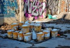 Alte Plastikdosen auf dem Standort Lizenzfreie Stockbilder
