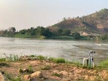 Alte Plastikstühle gesetzt auf die Ufergegend Gebirgsatmosphäre, Einsamkeit lizenzfreie stockbilder