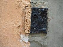 Alte Platte auf einer Wand Lizenzfreie Stockfotografie
