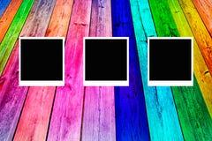Alte polaroidfotos auf rustikalem hölzernem Lizenzfreie Stockbilder