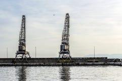 Alte Portkräne in der Stadt von Rijeka lizenzfreie stockfotos