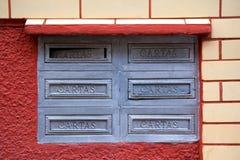 Alte Postboxes auf Wand in Brasilien stockbilder