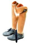 Alte prothetische Beine eingestellt auf weißen Hintergrund Stockfotos
