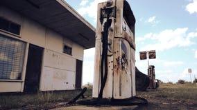 Alte Pumpe in der Brennstoffstation stock video