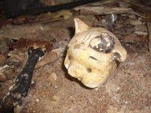 Alte Puppe auf Sanatorium-Boden stockfotos