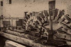 Alte Räder eines watermill Weinleseartbild Addieren von Korn t Stockfotos
