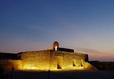 Alte Räume und Uhrtürme von Bahrain-Fort während der blauen Stunden Stockfotos