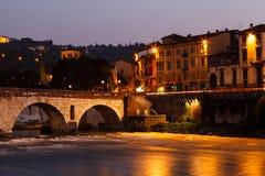 Alte römische Brücke über Adige-Fluss Lizenzfreie Stockfotos