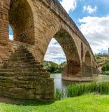 Alte römische Brücke über dem Arga-Fluss in Puente-La Reina lizenzfreie stockfotografie