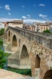 Alte römische Brücke über dem Arga-Fluss in Puente-La Reina stockbild
