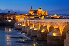 Alte römische Brücke über Fluss am Abend Cordoba Lizenzfreies Stockbild