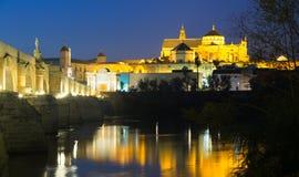 Alte römische Brücke und Moschee-Kathedrale von Cordoba Stockfotografie