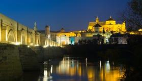 Alte römische Brücke und Moschee-Kathedrale von Cordoba Lizenzfreie Stockfotos