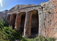 Alte römische Gräber mit Spalten schnitten auf Felsen, die Türkei Stockbilder