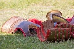 Alte römische Rüstung des Leders und des Metalls, die auf dem Boden liegen Lizenzfreies Stockfoto