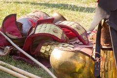 Alte römische Rüstung des Leders und des Metalls, die auf dem Boden liegen Stockbild
