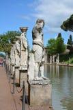 Alte römische Statuen am Rand von einem Teich in Tivoli, Italien lizenzfreies stockbild