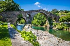 Alte römische Steinbrücke in Cangas de Onis (Asturien), Spanien stockbilder