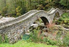 Alte römische Steinbrücke im Wald stockbild