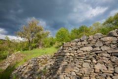 Alte römische Steinwand beleuchtete durch die Sonne Lizenzfreies Stockbild