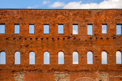 Alte römische Wand des roten Backsteins mit Fenstern Stockbilder