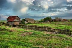 alte Ranch auf grünem Feld stockbilder