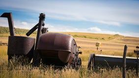 Alte Ranch-Ausrüstung im Hayfield Stockfoto