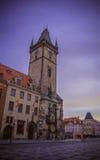 Alte Rathaus in Prag an der Dämmerung Stockbilder