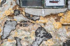 Alte raue gebrochene Wand konstruiert aus grauen Ziegelsteinen mit konkretem Mörser, Form und abgezogenen Farbenstellen Horizonta stockbilder