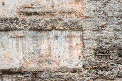 Alte raue gebrochene Wand konstruiert aus grauen Ziegelsteinen mit konkretem Mörser, Form und abgezogenen Farbenstellen Horizonta lizenzfreies stockfoto