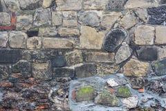 Alte raue Wand mit Ziegelsteinen und Steinen Lizenzfreie Stockfotos