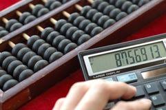 Alte Rechenmaschine und modernes calculat Lizenzfreies Stockfoto