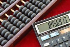 Alte Rechenmaschine und modernes calculat Stockbild