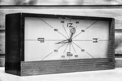 Alte rechteckige Uhr auf dem Hintergrund der hölzernen Wand Stockfotos