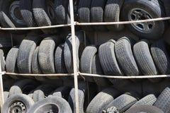 Alte Reifen im Gestell Stockbild