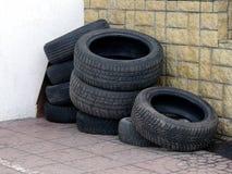 Alte Reifen nahe der Wand Stockfotos