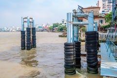 Alte Reifenpfosten für schützen die Boote, die im Fluss Stoß sind Lizenzfreie Stockfotos