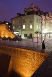 Alte Reihenhäuser und Stadtmauer Warschaus nachts Lizenzfreies Stockbild